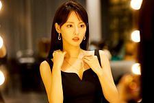 张嘉倪黑色吊带裙尽显完美身材 微露额头明眸动人